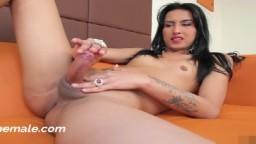 Une shemale amatrice joue avec sa queue en solo - Vidéo porno hd