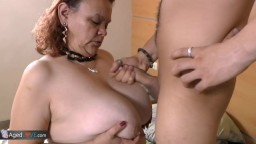 Une grosse grand-mère latine baise avec un petit jeune - Vidéo porno hd