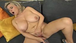 Une femme mature à gros seins naturels se pénètre avec son gode en cristal - Vidéo porno hd