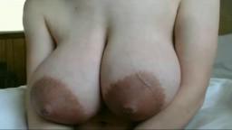 Une jeune amatrice qui a des gros seins avec d'énormes aréoles - Vidéo porno hd
