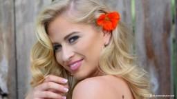 La beauté canadienne de Playboy Maya Rae se met nue à côté du jacuzzi - Vidéo porno hd