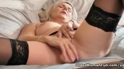 La mature canadienne Velvet Skye se baise avec un gode - Vidéo porno hd
