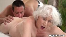 La grand-mère Norma profite de sexe après un massage - Vidéo porno hd