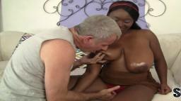 Ce vieux est tombé amoureux des énormes seins de la black Marie Leone - Vidéo porno hd - #09