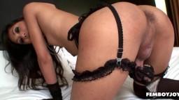 Une ladyboy thai en lingerie branle sa petite bite - Vidéo porno hd