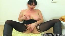 La milf britannique Amber Leigh se masturbe dans la salle de bain - Vidéo porno hd - #10