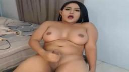Cette shemale amatrice éjacule en gros plan à la webcam - Vidéo porno