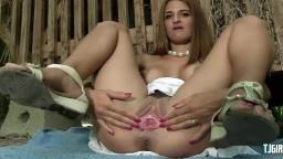 Une fille sexy prend du plaisir à s'écarter la chatte et pisser - Vidéo porno hd - #09