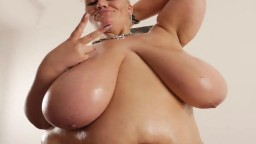 Une grosse cochonne avec un cul et des seins énromes - Vidéo porno hd