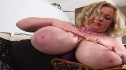 Cette milf tchèque malaxe ses énormes seins huilés - Vidéo porno hd - #10