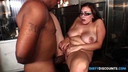 La secrétaire argentine Selena Castro se tape une énorme bite noire au travail - Vidéo porno hd