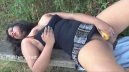 Kikis est une femme ronde indienne qui se masturbe dans la nature avec une banane - Vidéo porno hd - #10