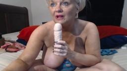 Une grand-mère sexy se masturbe avec son gode à la webcam - Vidéo porno hd