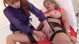 Red XXX joue avec le sexe la mature britannique Lady Sonia - Vidéo porno hd