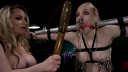 La dominatrice lesbienne Aiden Starr torture et humilie Delirious Hunter en bdsm - Vidéo porno hd