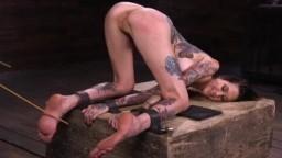 Coups de baguette et torture durant le bdsm de l'américaine Rocky Emerson - Vidéo porno hd