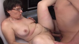 Sexe tabou dans la cuisine entre une femme mature et un jeune - Vidéo porno hd