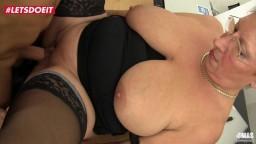 Cette grand-mère allemande se fait baiser au bureau - Vidéo porno hd