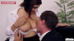 La jeune secrétaire allemande July Johson baise son patron au bureau - Vidéo porno hd