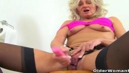 La mature britannique Ellen a choisi les toilettes pour se masturber - Vidéo porno hd - #10
