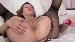 La russe Raquel Rimma déchire son collant pour une masturbation anale - Vidéo porno hd