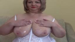 Une femme ronde mature nous sort les gros nibards et se masturbe le cul avec un gode - Vidéo porno hd