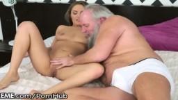 Un horrible vieux barbu a la chance de baiser la russe Dominica Phoenix - Vidéo porno hd - #10