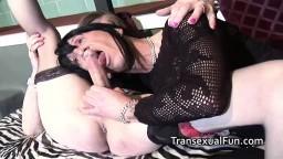 Trio de vieux travestis en lingerie pour une partie de sexe anal - Vidéo porno hd - #07