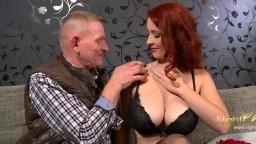 Un vieux et son pote tringlent la belle rousse tchèque à gros seins Isabella Lui - Vidéo porno hd
