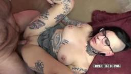 Une chaude punk pleine de tatouages se prend une giclée de sperme dans la bouche - Vidéo porno hd