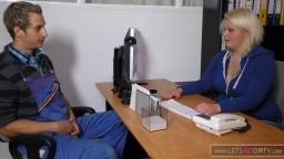 Un ouvrier a une relation sexuelle avec sa patronne allemande dans le bureau - Vidéo porno hd