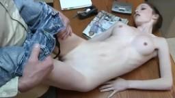Une jeune presque anorexique baisée sur son lieu de travail - Vidéo porno hd