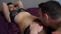 Une magnifique femme brune mature nous offre du sexe amateur - Vidéo porno hd