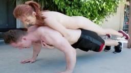 Un bodybuilder se sert de la petite rousse Kandi Quinn comme un poids - Vidéo porno hd - #10