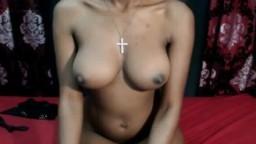 Une jeune sud-africaine exhibe ses beaux nichons et s'excite à la webcam - Vidéo porno