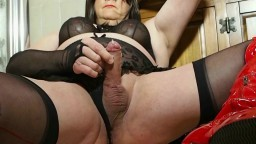 Un vieux travesti éjacule au ralenti à la webcam - Vidéo porno hd