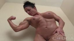Les gros muscles d'une femme bodybuildeuse nue dans sa baignoire - Vidéo porno hd