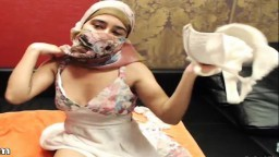 Cette jeune arabe enlève son voile et se met nue pour se masturber - Vidéo porno hd - #09