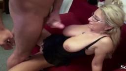 Une cougar allemande séduit son employé pour une baise au travail - Vidéo porno hd