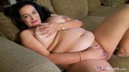 Une grosse femme mature américaine heureuse de nous montrer ses formes rondes - Vidéo porno hd