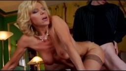 Une cougar mature allemande essaye la bite d'un petit jeune - Vidéo porno hd
