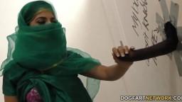 La pakistanaise Nadia Ali se tape de la queue noire au Gloryhole - Vidéo porno hd