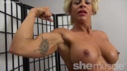 Une bodybuildeuse blonde nue nous montre son corps musclé - Vidéo porno hd