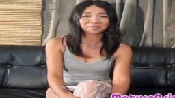 Une femme mature philippine de 50 ans se masturbe et se fait baiser - Vidéo porno hd