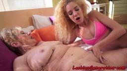 Une grand-mère et une jeune se broutent la chatte avec ardeur - Vidéo porno hd
