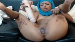 Cette jeune arabe voilée se pénètre durement la chatte avec un gode - Vidéo porno hd