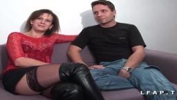 Une libertine française baise avec deux mecs bisexuels - Vidéo porno hd