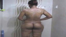 Le gros cul fripé de l'indienne Horny Lily qui se savonne sous la douche - Vidéo porno hd