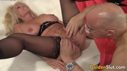 La mature blonde canadienne Crystal Taylor chevauche la bite d'un chauve - Vidéo porno hd