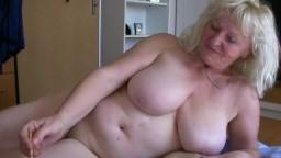Deux grosses grands-mères lesbiennes se chauffent mutuellement - Vidéo porno hd